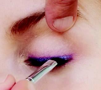 Mit dem Eyeliner pinsel und der hellblauen Lid-schattenfarbe den vorher gesetzten Eyeliner Strich nachziehen
