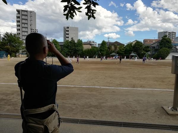 子どものサッカーを観戦中