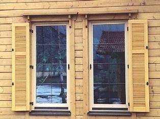 Wohnblockhaus - Klappläden - Fenster - Hausplanung