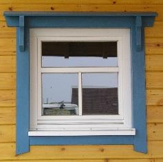 Holzhaus - Fensteransicht eines Zweifamilienhauses
