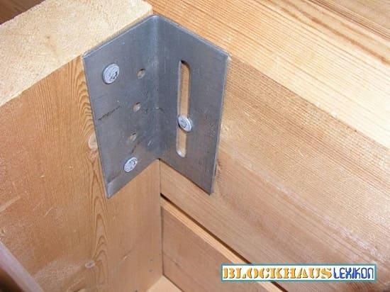 Das Prinzip der Rutschbeschläge im Wandaufbau - Holzhaus in echter Blockbauweise