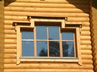 Blockhaus  - Fensteransicht vom Rundholzhaus - Holzbau
