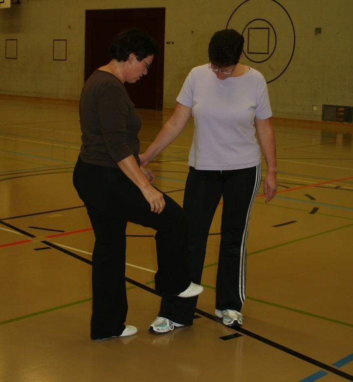 Ruth erklärt uns den Kick ans Schienbein