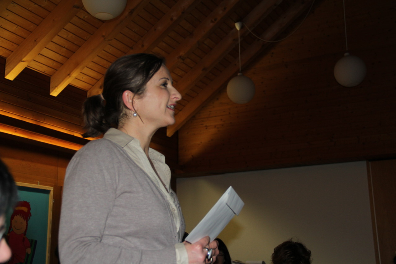 Präsidentin Anita Mühlebach begrüsst die Frauen.