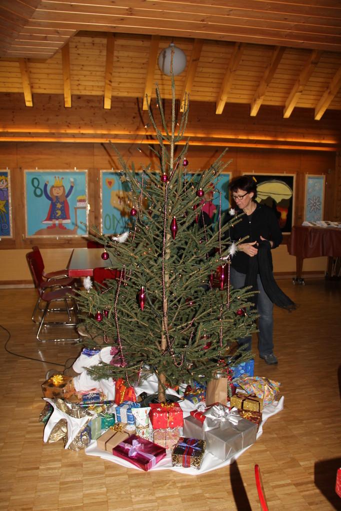 Der Weihnachtsbaum ist geschmückt, die Geschenke sind bereit.