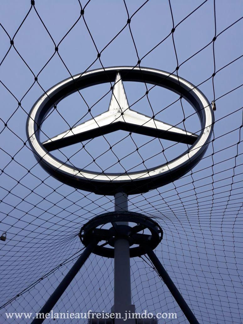 Wahrzeichen der Stadt Stuttgart - Mercedes Stern auf dem Bahnhofsturm