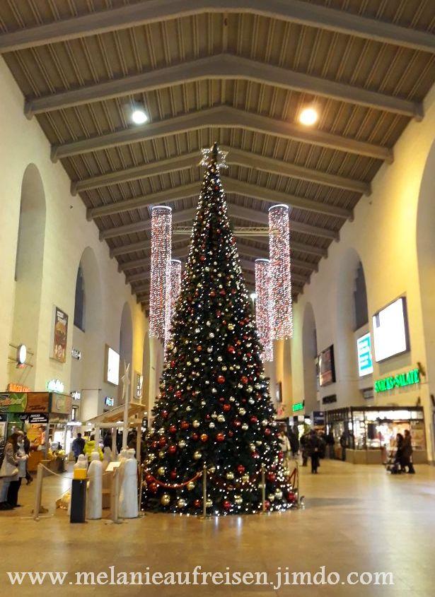 Weihnachtsbaum im Bonatzbau (Bahnhofshalle Stuttgart)