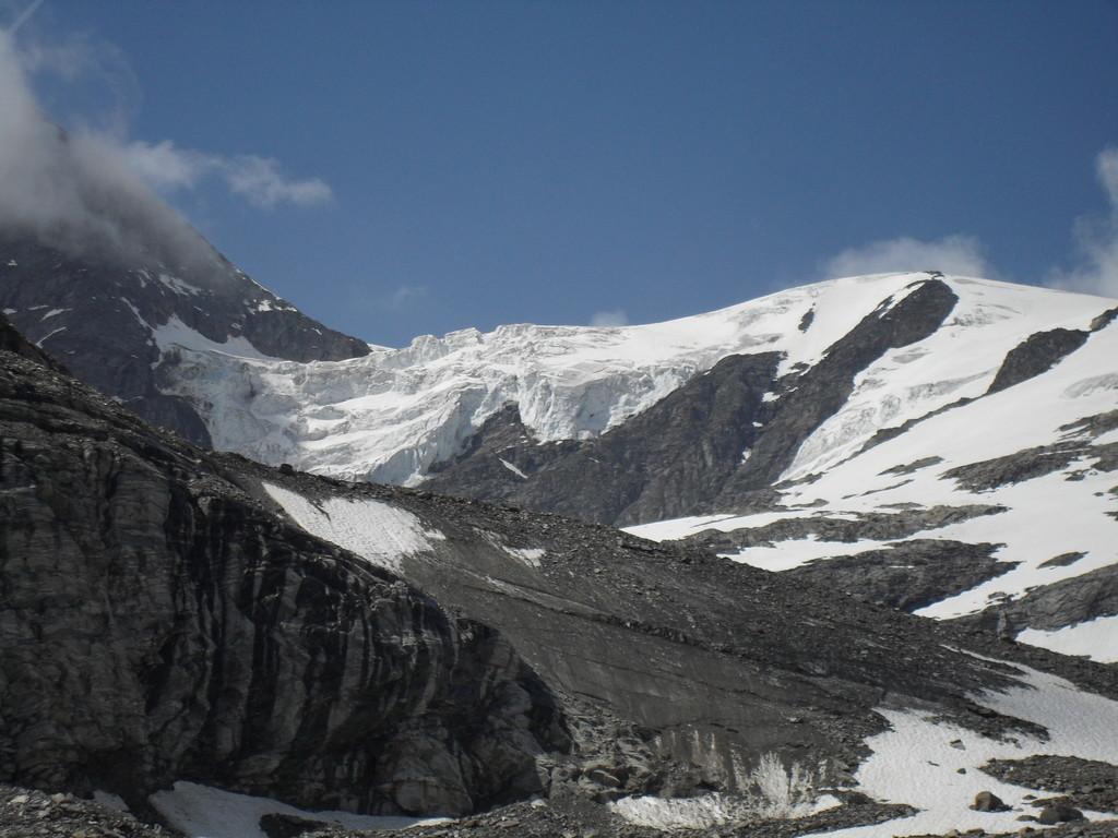 Blick zum Hängegletscher rechts von der Kristallwand (Foto: Rainer Pollack)