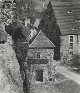 Walter Danz, Fotografie mit Blick in den Innenhof der Burg Giebichenstein, 1930-1959, Kunstmuseum Moritzburg Halle