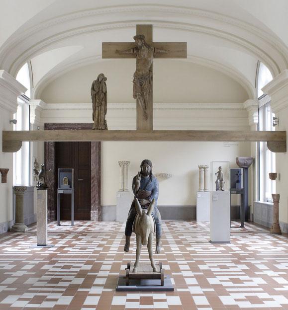 Die Triumphkreuzgruppe aus der Naumburger Moritzkirche im Raum 141 des Bode-Museums