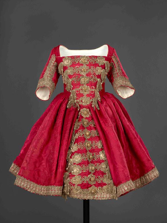 Kleid des Prinzen Ludwig Karl Wilhelm in Preußen, um 1718, Seide, Damast, Posamente mit Silberfäden. SPSG, IX 1367