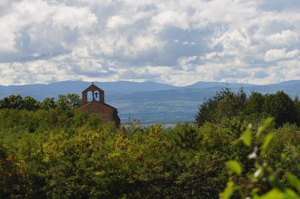 Chapelle de Néronde dominant la plaine du Forez