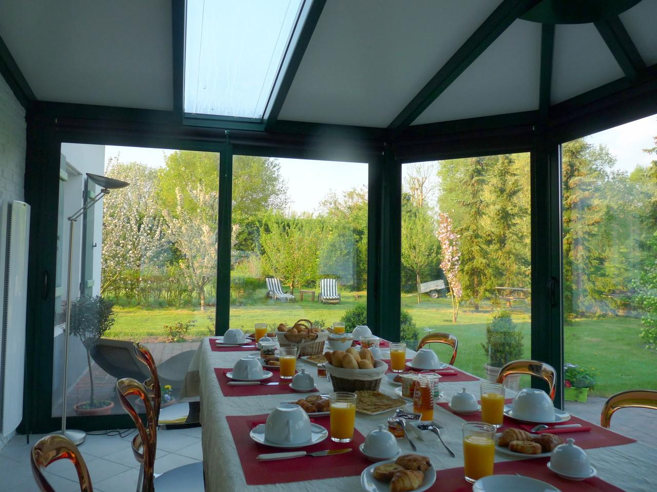 """Le petit-déjeuner dans la véranda aux """"MIl Roses en Baie"""""""