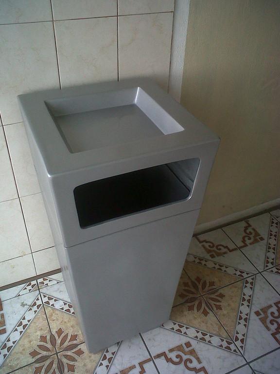 """Botes de basura"" Fibra de vidrio"