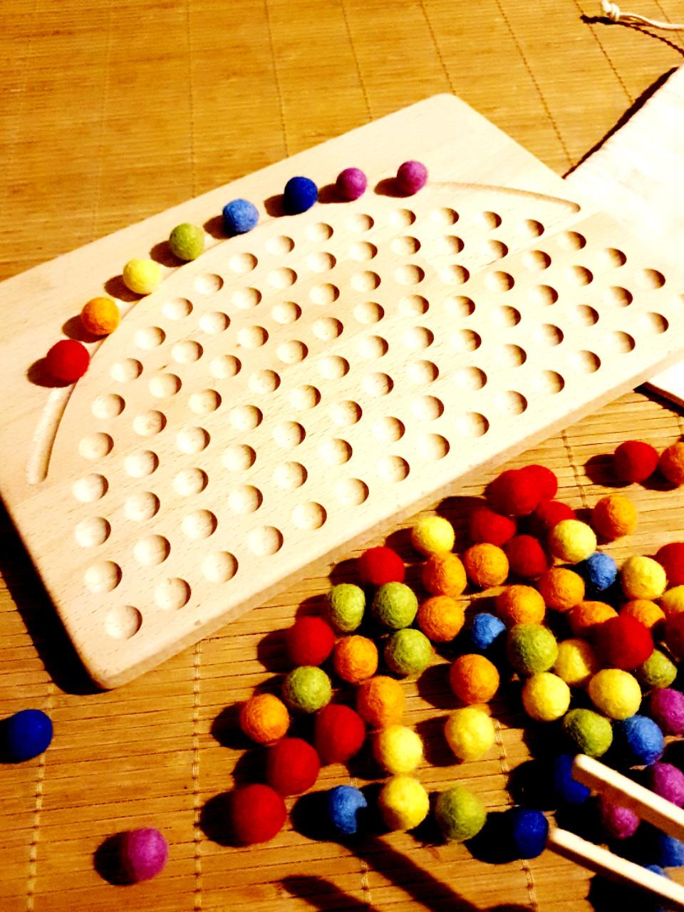 Legebrett Regenbogen mit 100 Filzkugeln