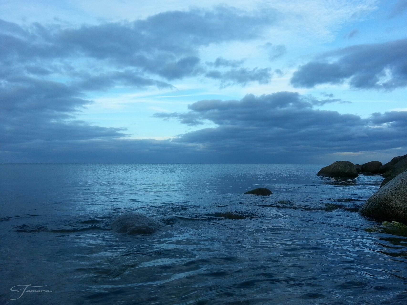 blaue Nacht am Meer, der Mond lauscht meinen Träumen, bis der Morgen kommt