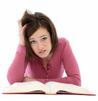 Symbolbild: Frau mit Problemem beim Lesen