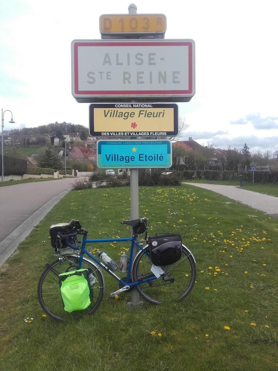 Après avoir passé la Seine et éventuellement une petite sieste à l'Abbaye de Fontenay (mais pas à Clairvaux), voilà Alésia et Flavigny qui se profile.