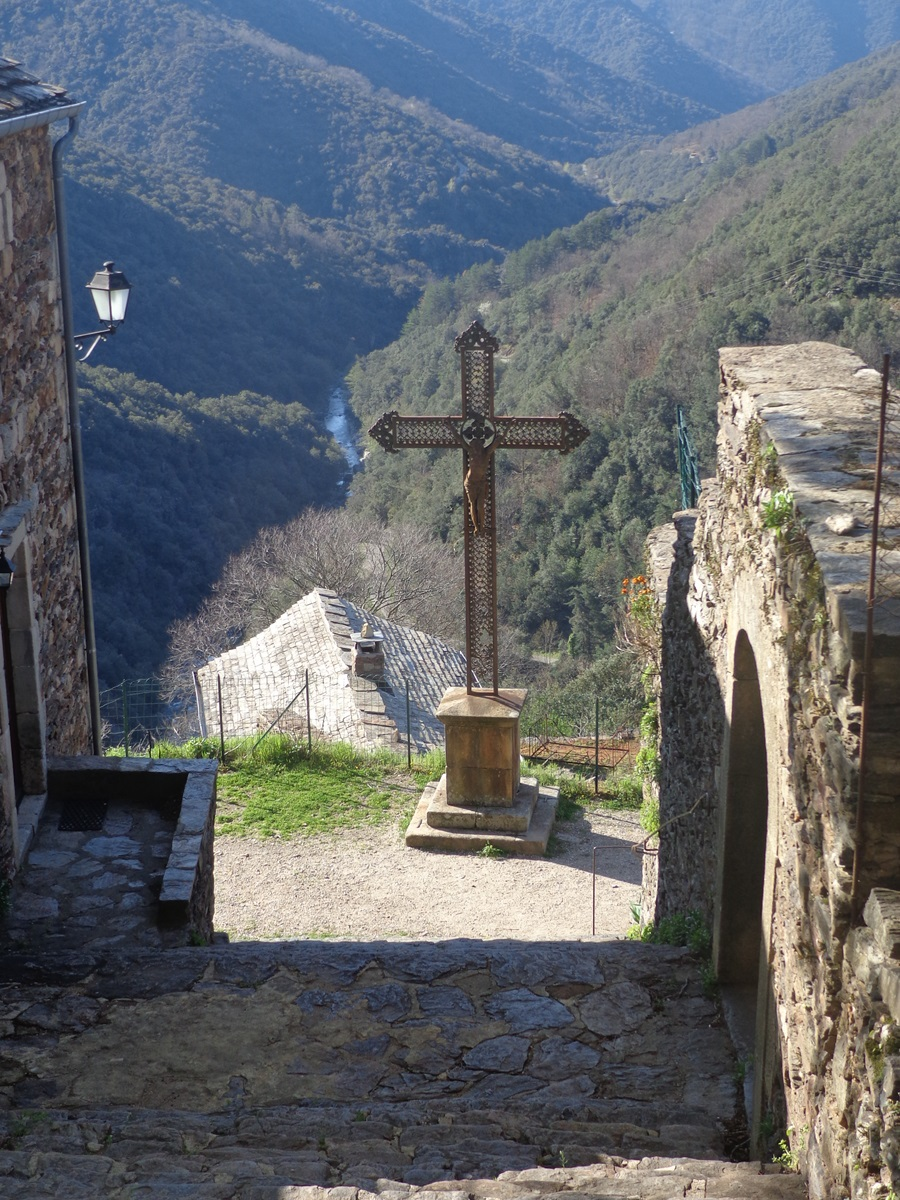 Le sublime village de Thines. En contrebas, le fracas du torrent.