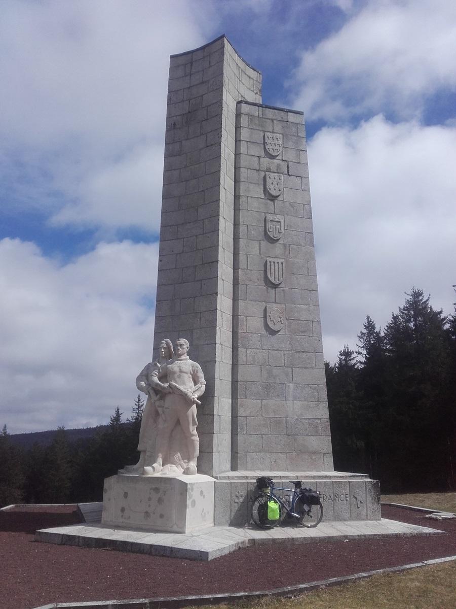 Monument de la résistance du Mont-Mouchet. Pensez à dormir en bas pour votre 4ème nuit. Après, on traverse toute la Hte-Loire vers l'Est.