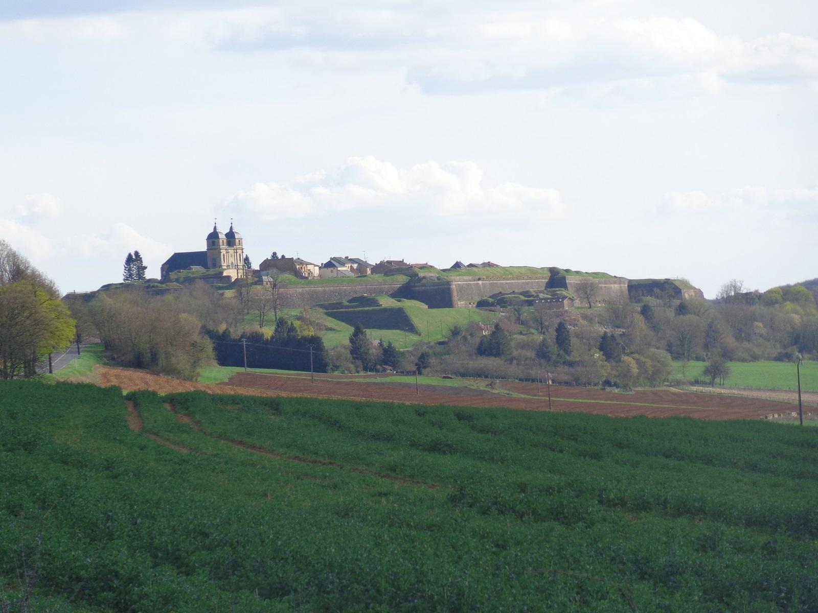 La citadelle Vauban (classé à l'UNESCO) de Montmédy. Dans la commune, une gare SNCF (desserte TER) et un centre pénitentiaire.
