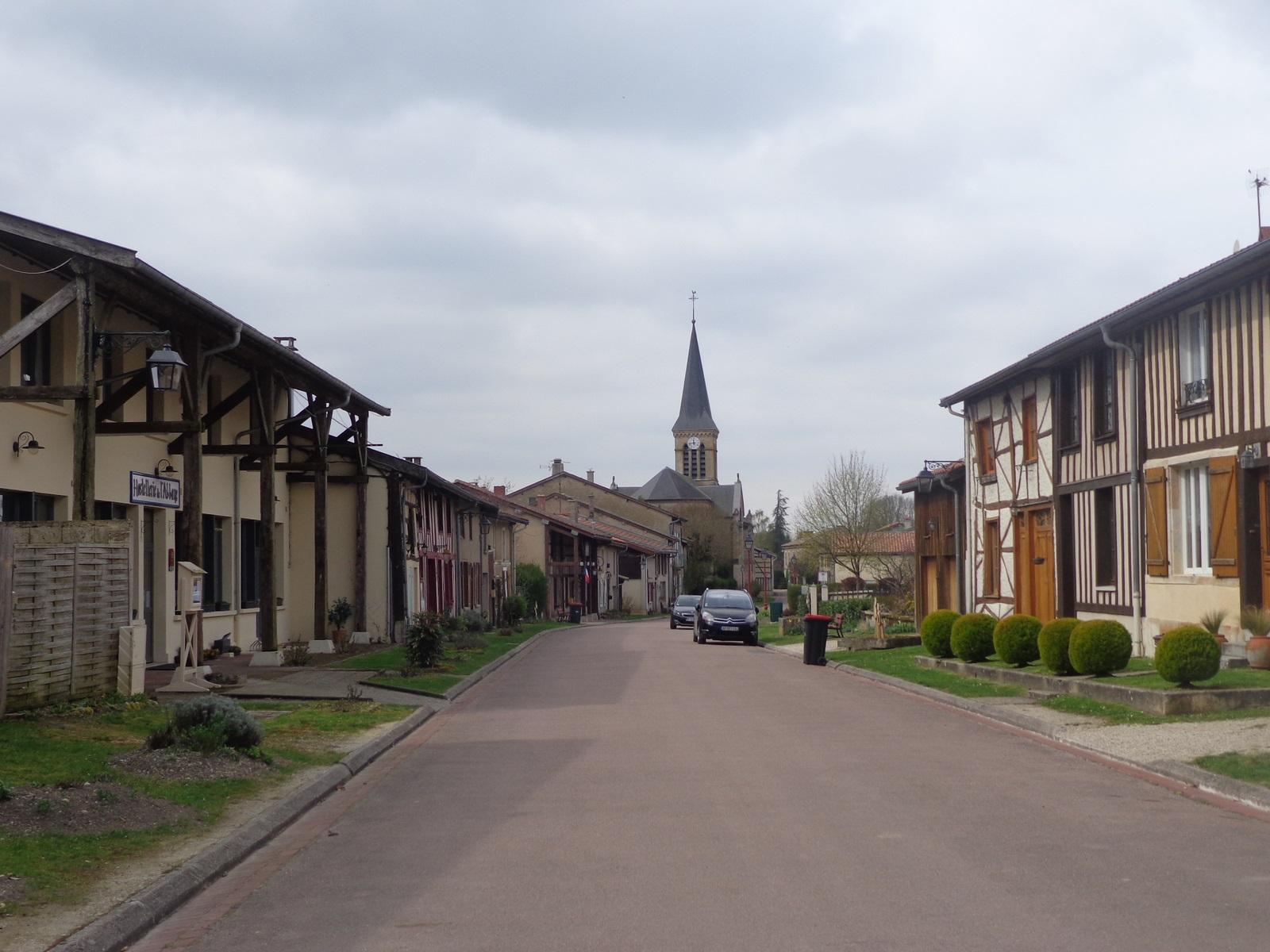 Beaulieu-en-Argonne. Le seul chemin carrossable de la randonnée est pour atteindre ce promontoire.