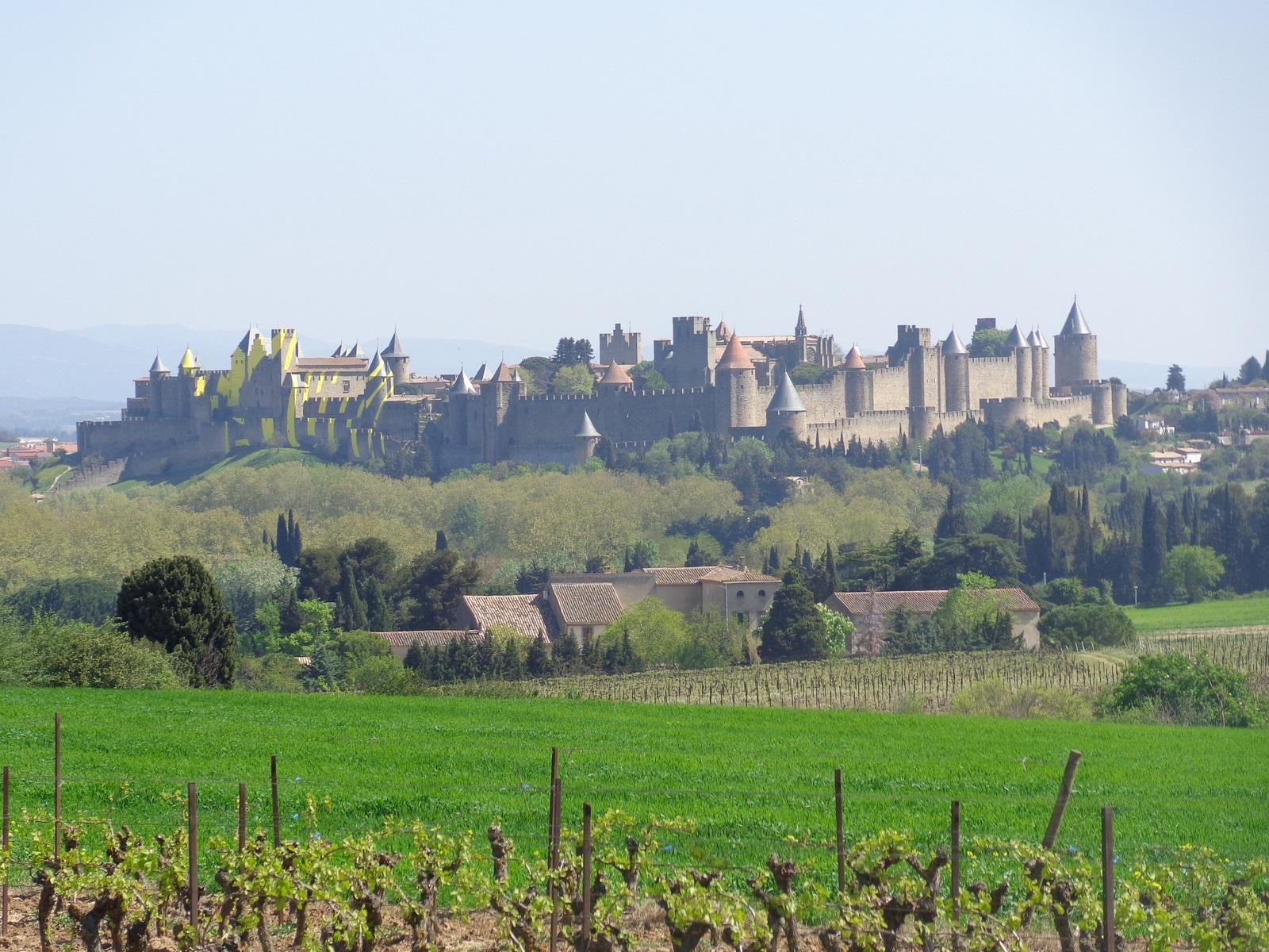 Carcassonne. Pays Cathare. La Montane noire est derrière vous, les Corbières devant.