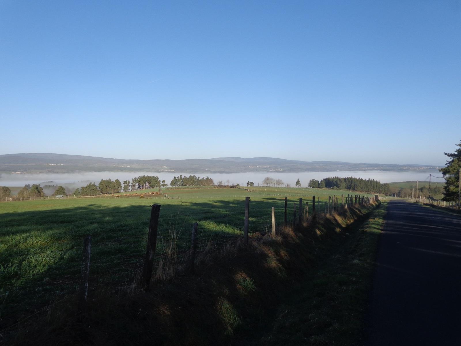 Saugues, haut lieu du chemin de Compostelle depuis le Puy en Velay est sous la brume.