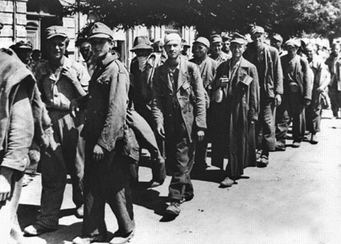 Zarobljenička kolona u prolazu kroz Koprivnicu 1945