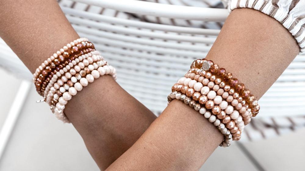 Armbänder in allen verschiedenen Farben Euro dünn 4,50 und dickere 5,50