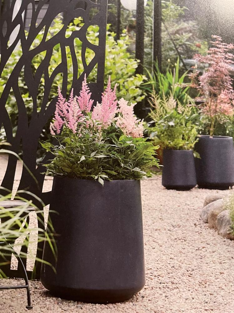 Hochgefäße in verschiedene Farben mit Plastikeinsatz. Können sowie Innen als auch Outdoor genutzt werden.