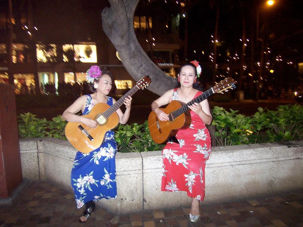 マリア・デュオ イン ハワイ 2010 カラカウア通りにて