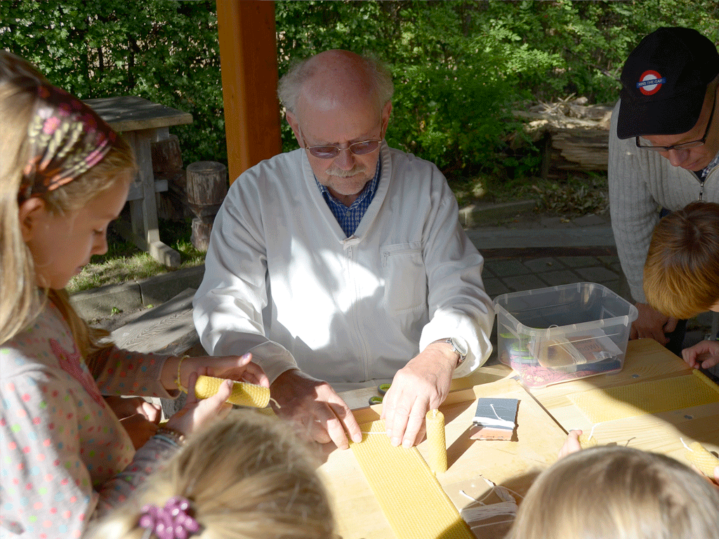 Kerzenproduktion mit Ulrich Krüger.