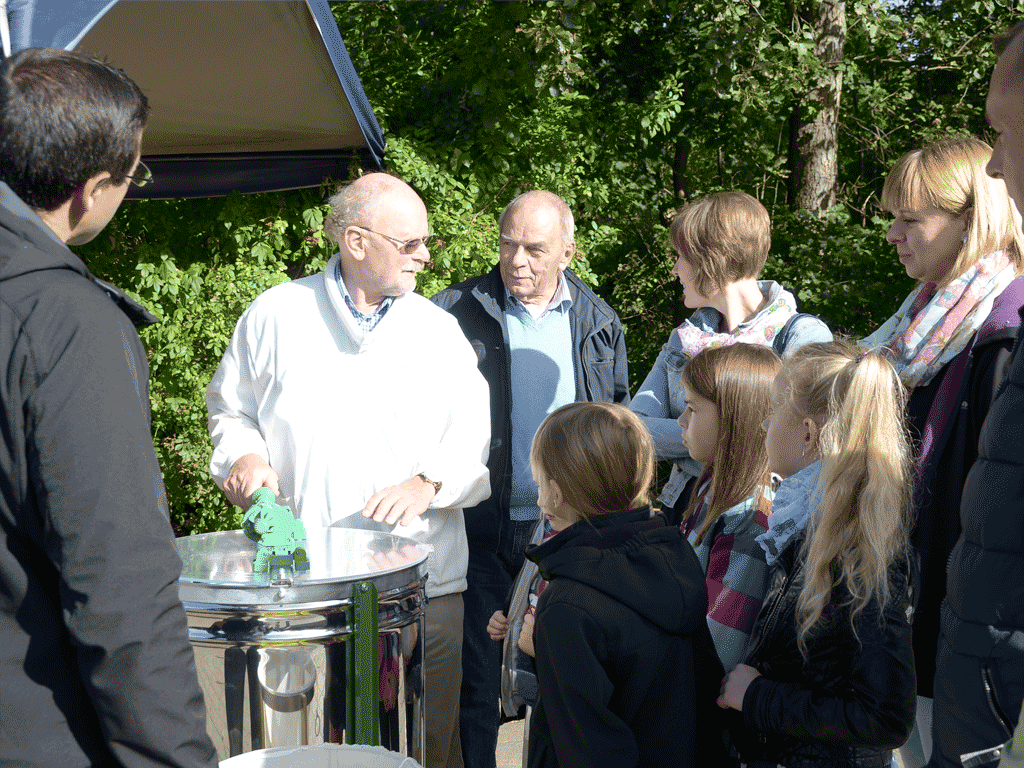 Imker Ulrich Krüger erklärt die Honigernte.