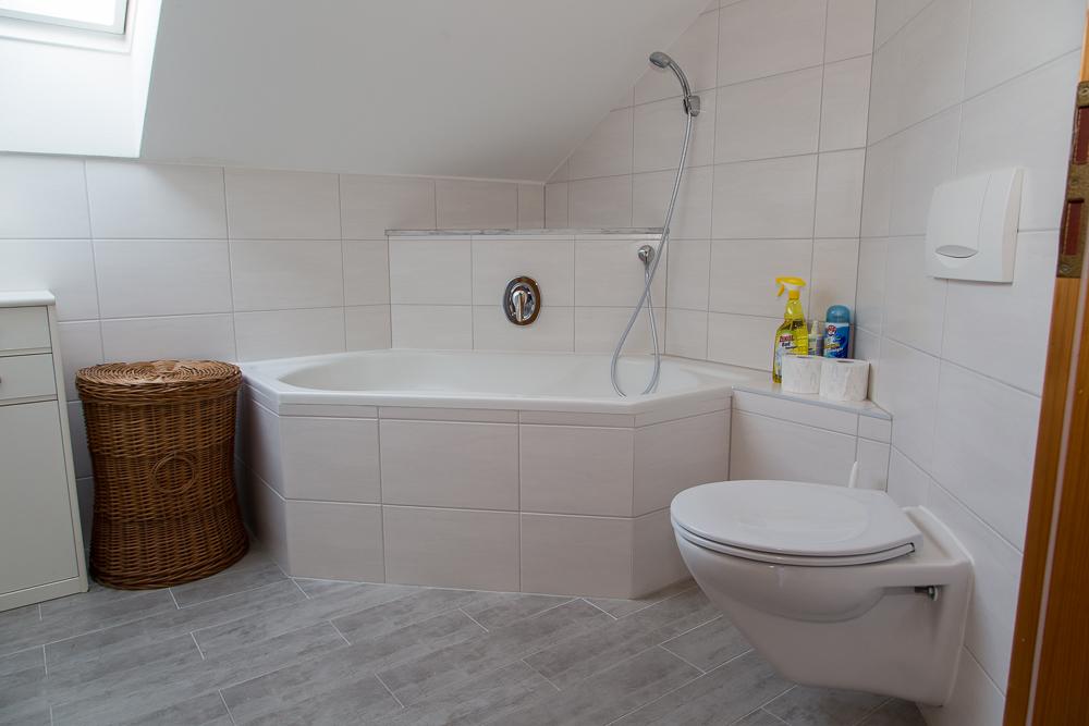 Bad mit Eckbadewanne und WC