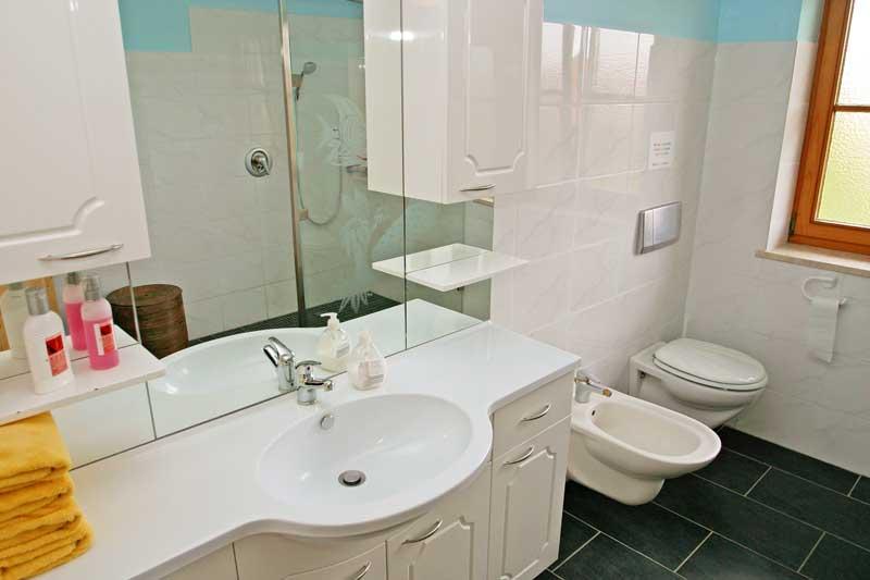 Bad mit Waschgelegenheit und WC