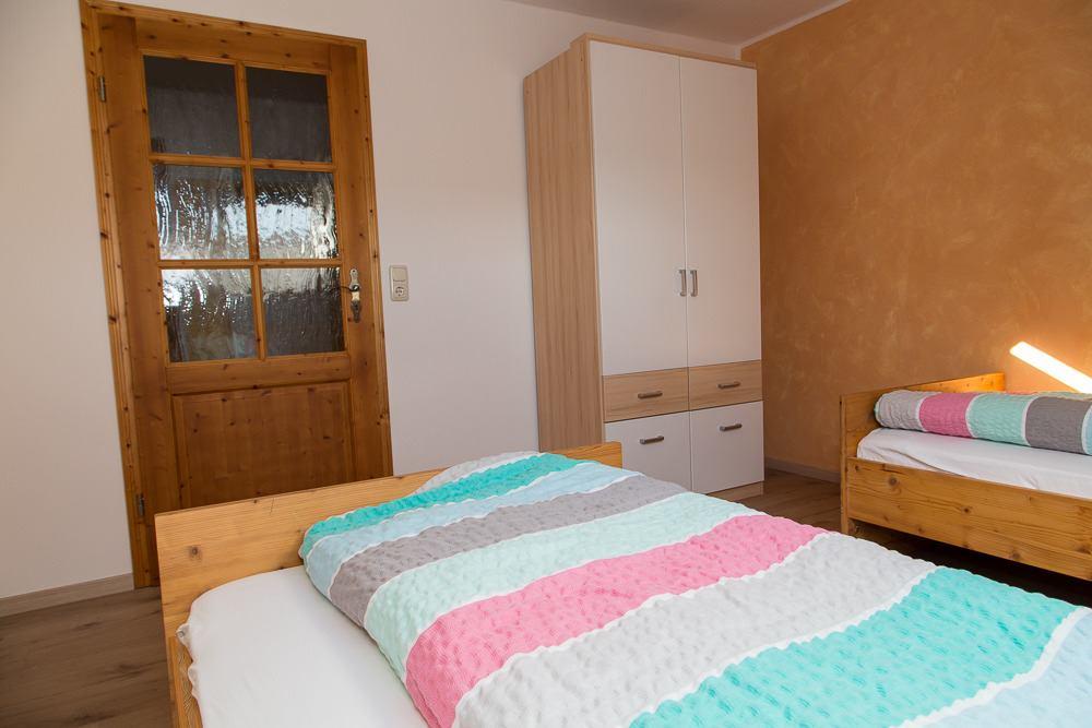 Schrank im Zimmer mit Einzelbetten