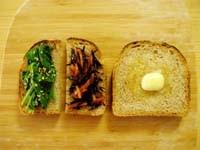 写真 ひじきやほうれん草、バターを載せたトースト