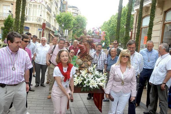 Las cofrades pueden. María Bueyo junto con Loreto.