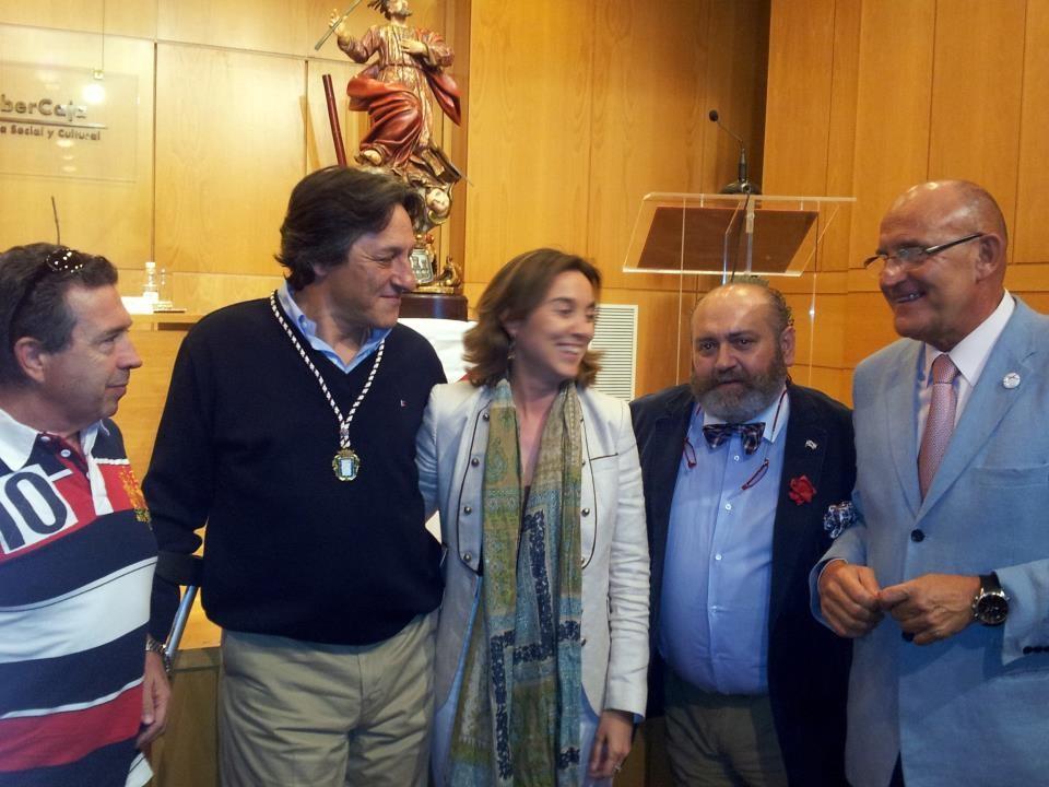 A Nacho Asín le impone la medalla la Alcaldesa.