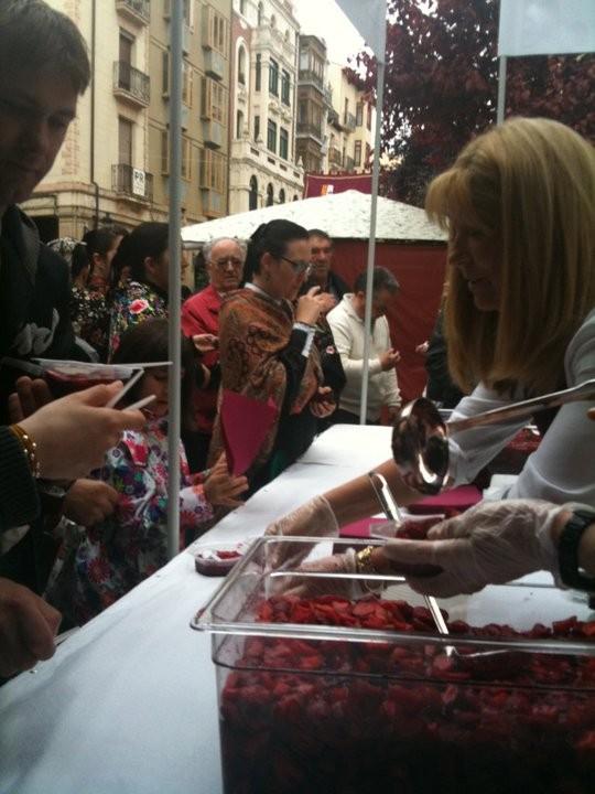 Reparto de fresas con vino.