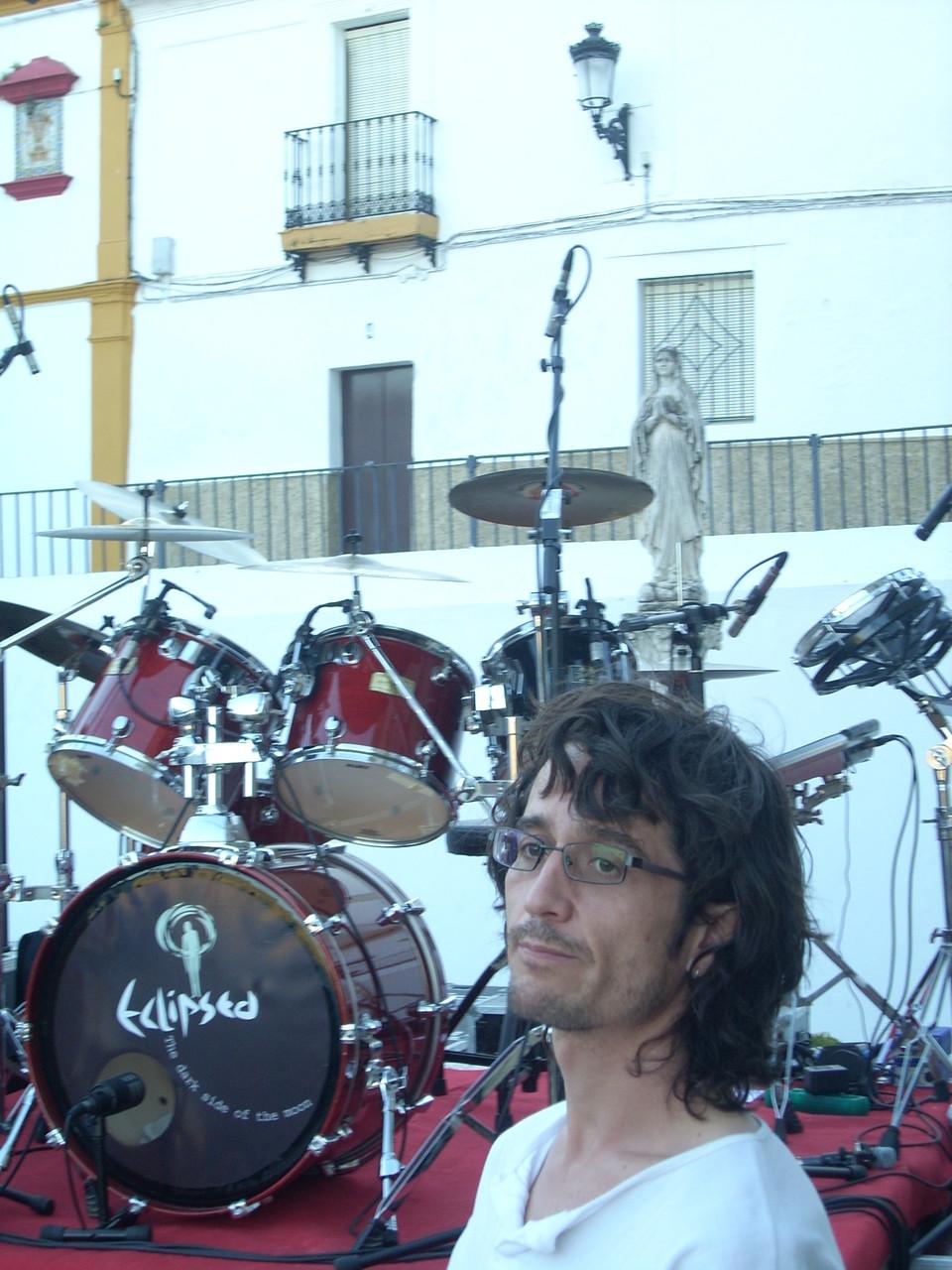 NACHO MEGINA con SANTA PEARL al fondo. ESPERA. CADIZ. JUNIO 2010