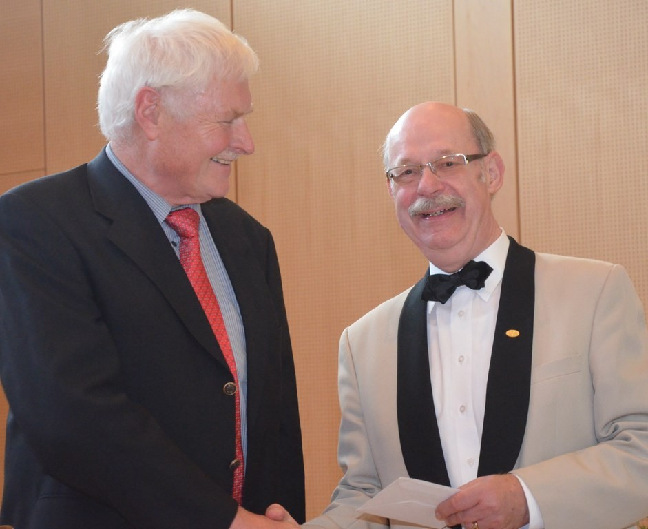 Glückwünsche überbringt auch Geert Johannink, Vorsitzender vom Städtischen Chor Nordhorn