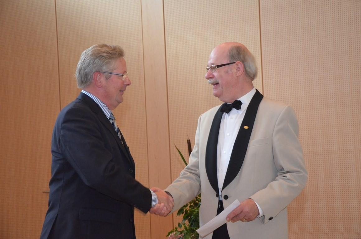 Glückwünsche auch von Heinz-Albert Kerkdyck, Vorsitzender des Männergesangvereins Eintracht aus Schüttorf