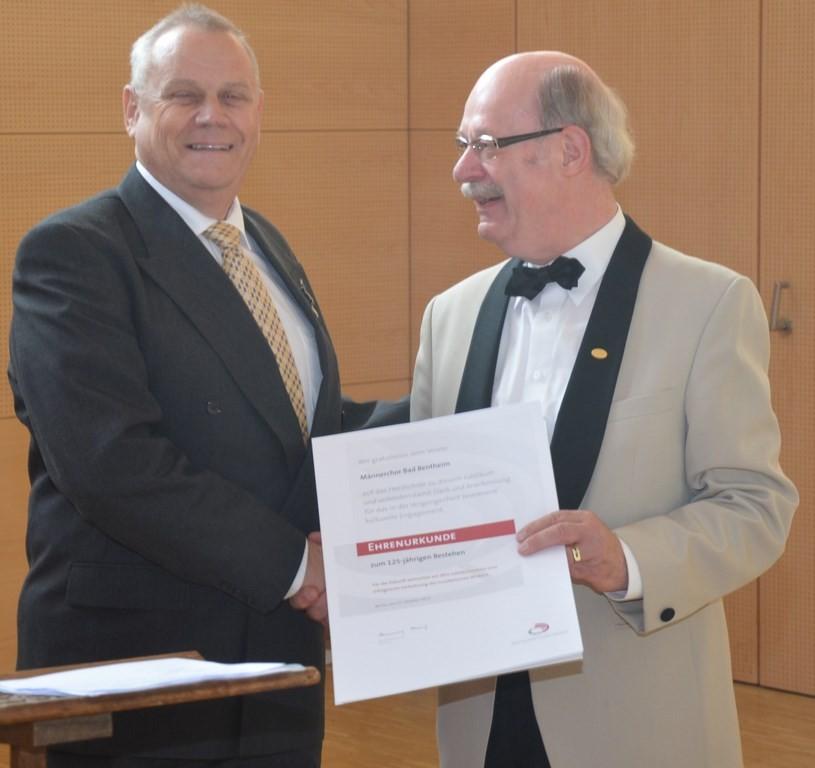 Dr. Koert Koers überbringt die Glückwünsche des Kreis-Chor-Verbandes Emsland-Grafschaft Bentheim verbunden mit einer Ehrenurkunde des Deutschen Chorverbandes