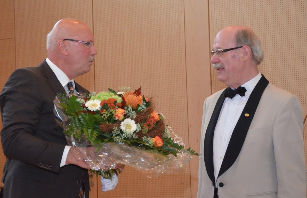 Geschäftsführer Kinast von der Fachklinik Bad Bentheim mit einem Glückwunsch zum Jubiläum und Dank für 48 Jahre Chorgesang für die Kurgäste