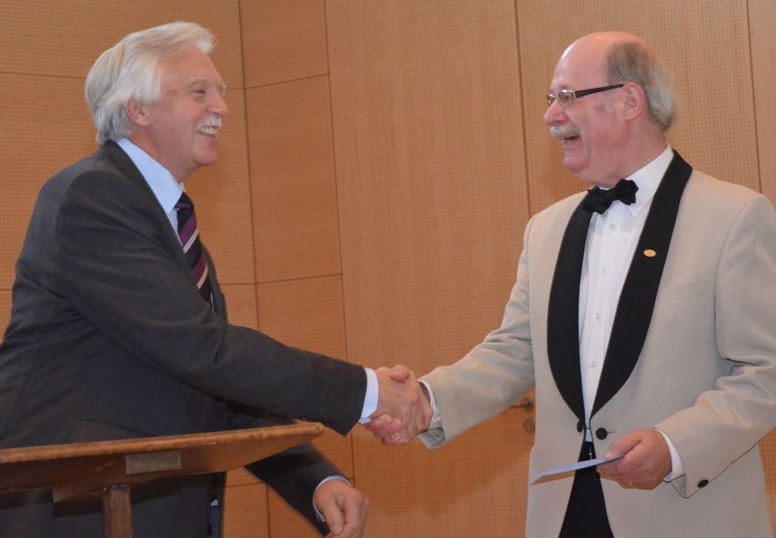 Manfred Klinke vom Bentheimer Kammerchor gratuliert zum Jubiläum