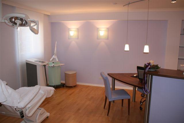 <b>Das Behandlungszimmer der Arztpraxis</b> ist in einem hellen Fliederton gehalten, beruhigend und wohltuend für Personal und Patienten.