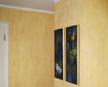 <b>Ein lebendiges Raumgefühl:</b><br />Im Esszimmer fängt die Oberfläche Pettinarsi die Sonne ein, die zweifarbige Lasur sorgt fuer ein spannendes Spiel von Licht und Schatten.