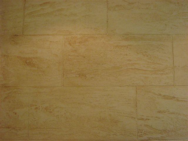 <b>Travertin:</b><br />Oberfläche mit Steinfugen oder auch zeitlos ohne Fugen.